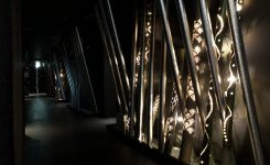 期間限定 3階廊下では宵闇を彩る竹燈籠がお目見え